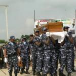La police portant le cercueil Photo Gaëtan Noussouglo
