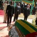 Le Président de la République du Togo se recueillant devant le cercueil de Paul Ahyi Photo Gaëtan Noussouglo