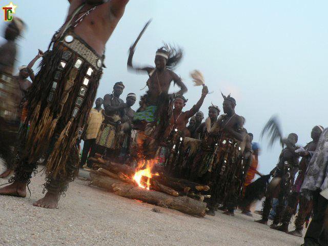 T'bol la danse du Feu du Pays Bassar au Festival des Divinités Noires Photo Gaëtan Noussouglo