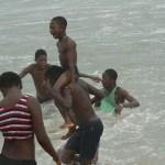 Plage de Lomé: Les enfants jouent avec les vagues