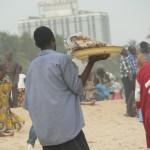 Plage de Lomé: Le vendeur de Tsitsigan brochettes a un autre objectif vendre