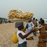 Plage de Lomé: Les chips de banane plantain sont de la fête