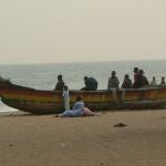 Plage de Lomé: Une pirogue squattée par les marcheurs du dimanche