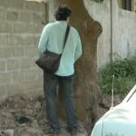 Lomé: un pisseur de rue tout blanc