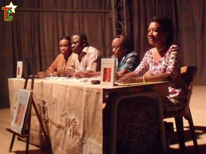 Mme Amendah 2e à partir de la gauche présentant son oeuvre