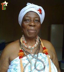 La prêtresse  vodou Montassi Adjoh en habit de cérémonies Photo: Marcel Djondo