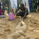 Bob Attisso crée la femme du sable à la Plage de Lomé © Togocultures