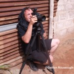 Charles Fréger cherchant à prendre un egungun en photo à Lomé © Gaëtan Noussouglo