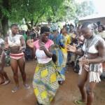 Des akpemas dansent tchimou Photo: Noël Tingayama Mawo