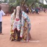 Un egungun dans une rue de Lomé © Gaëtan Noussouglo