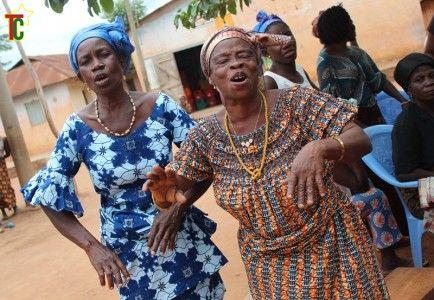 Chanteuses et danseuses Akpalou à Kévé Photo: Gaëtan Noussouglo