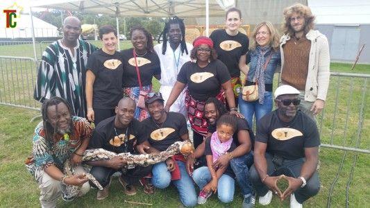 Les artistes invités et l'équipe Le Reg'art. On reconnait à l'extrême droite accroupi Aféri Johnson et debout au milieu la danseuse ivoirienne Estelle Kouamey Photo: Gaëtan Noussouglo