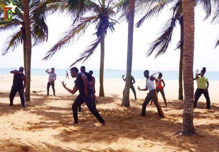 le chorégraphe Raouf Tchakondo et ses élèves dansant à la la plage de Lomé